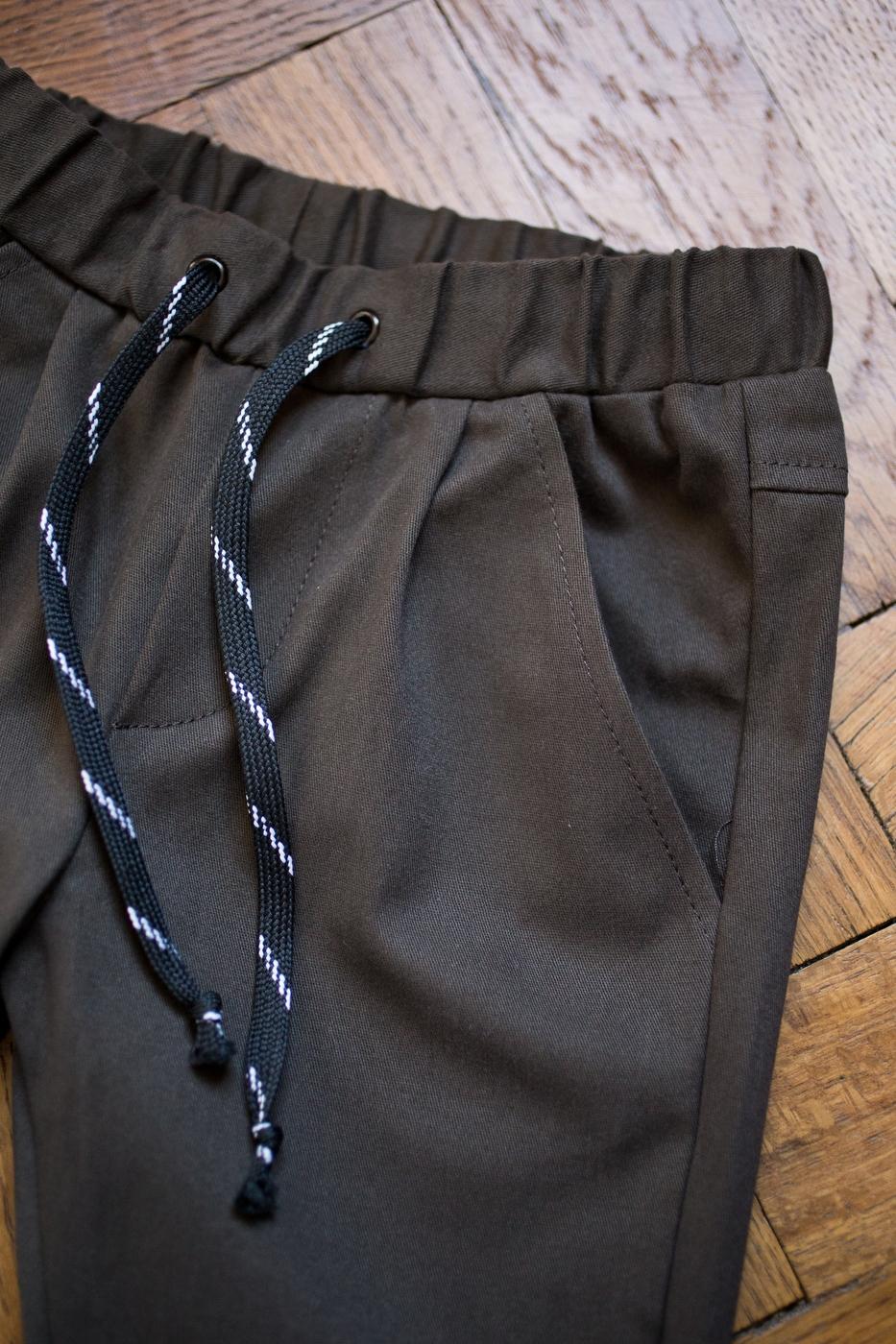 tmavohnedé nohavice