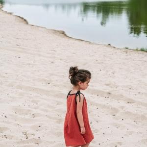 a breezy muslin gauze dress for breezy vacation days made of the finest #gots certified organic cotton 🖤 #dinolovecollection #summerdrop #dinosonholidays #muslindress #gauzedress #littlepalms #kolekciadinolaska